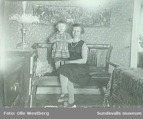 """Linnea Westberg med dotter Anne-Marie. Kortet är taget i stora rummet i familjens bostad i """"LO-villan"""", Gustavsberg, Alnö."""