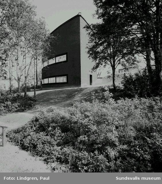 Nacksta kyrka, ritad av arkitekt Peter Celsing och invigd 1969.