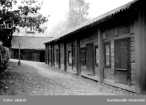 Salanderska gården, ursprungligen ett färgeri. Uthuset närmast i bild är nu rivet medan boden längst bort i bild finns kvar (2017). I bakgrunden ses ålderdomshemmet på Åkroken.