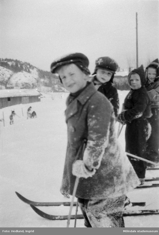 Bosgårdens barnträdgård 1938-1945. Pojkar som åker skidor.