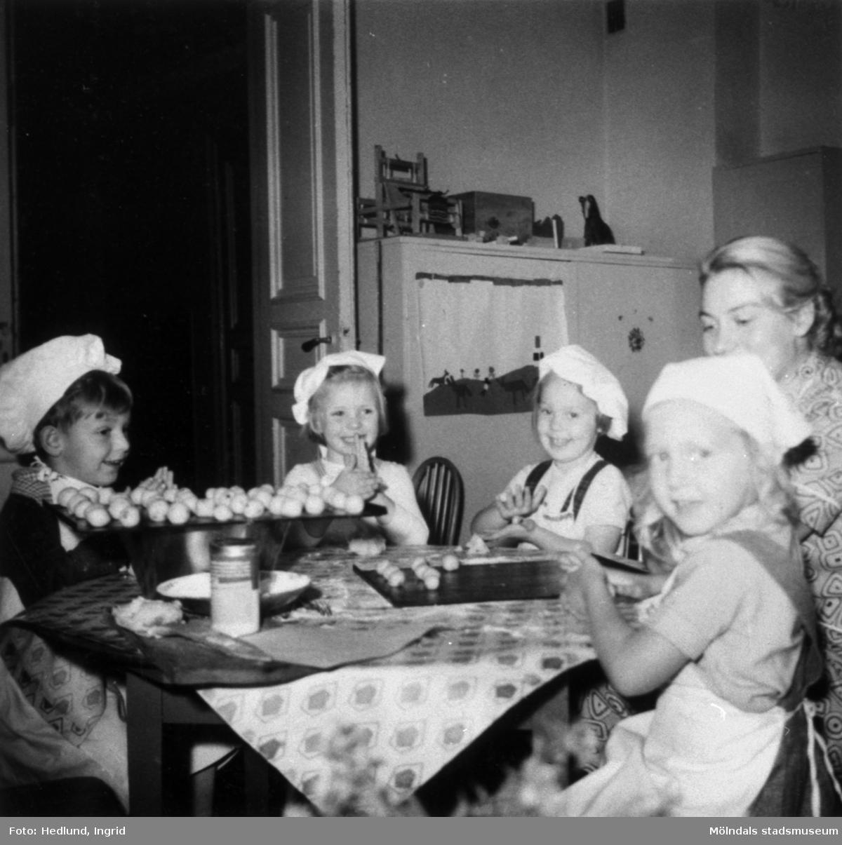 Bosgårdens barnträdgård 1938-1945. Fem barn som håller på att baka.