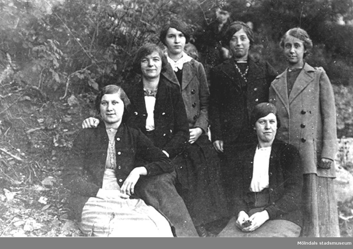 Unga fabriksarbeterskor i byn Annestorp i Lindome på 1920-talet.