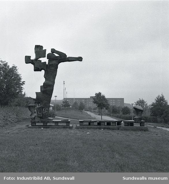 """Bror Marklunds bronsskulptur """"Gestalt i storm"""", detalj, på plats 1972 vid Nacksta Centrum."""