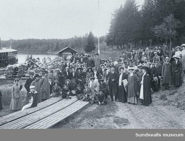 """Sällskap på båtutfykt med hjulångaren """"Indalen"""" vid 1900-talets början. Förmodligen så har man här gått i land i Bergeforsen. """"Lustturer"""" med båt var en populär sommaraktivitet för nykterhetsloger och frikyrkor."""
