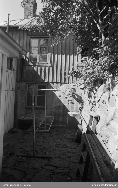 Bostadshus Roten M 11-12, okänt årtal. Två husgavlar, ett staket och en piskställning.