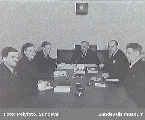 Möte  i Fattigvårdsstyrelsen, Krets III; fr. v. H Lindén, G Reimers, O Lundgren, ordförande Henry Svensson, E Swensson, K A: Sjöström.