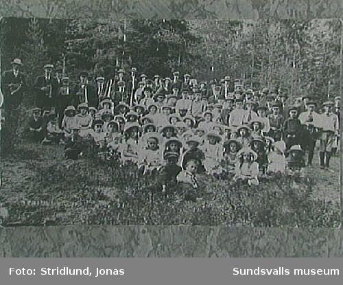 """Repro inlämnat av person, vars fafar Pär Olof Holmström var 1:e sågställare vid nya sågen i Svartvik 1883 och senare. han avled 1904. Troligen en barnfest i logen omkr 1910.  Fotografiet taget av """"Stridlund, Fränsta""""."""