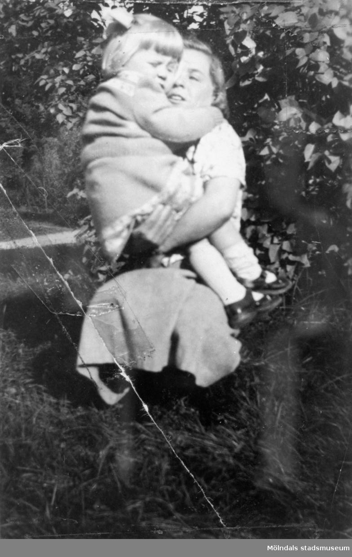 Inga-Lill Lipovsék, 5 år, i famnen på sin mor, år 1952. Inga-Lill bodde på Stretereds vårdhem från två års ålder till vuxen ålder.