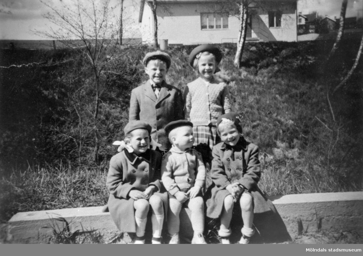 Barn framför småhus, Anderstorp i Lindome, ca 1953.