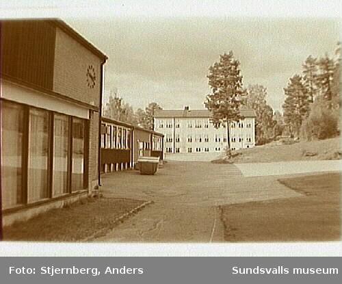 Lidens skola. Bild 1 Entre. Bild 2 Högstadiebyggnaden. Bild 3 Baksidan av gamla skolhuset. Lågstadiet. Bild 6 Framsidan av gamla skolhuset.