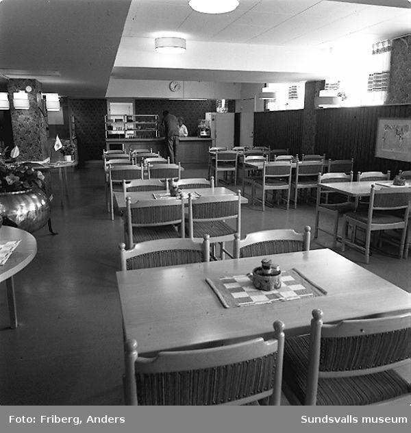 01 Personalmatsalen, KabiPharmacias fabrik i Matfors02 - 03 Köksbiträde vid serveringdisken i personalmatsalen, KabiPharmacias fabrik i Matfors04 - 05 Fika- och rökrum, KabiPharmacias fabrik Matfors06 - 07 Köksbiträde i köket innanför personalmatsalen, KabiPharmacias fabrik i Matfors08 - 09 Konferensrum, KabiPharmacias fabrik i Matfors10-12 Kvalitetchef Lena Gütwasser bakom skrivbordet  på sitt tjänsterum, KabiPharmacias fabrik i Matfors