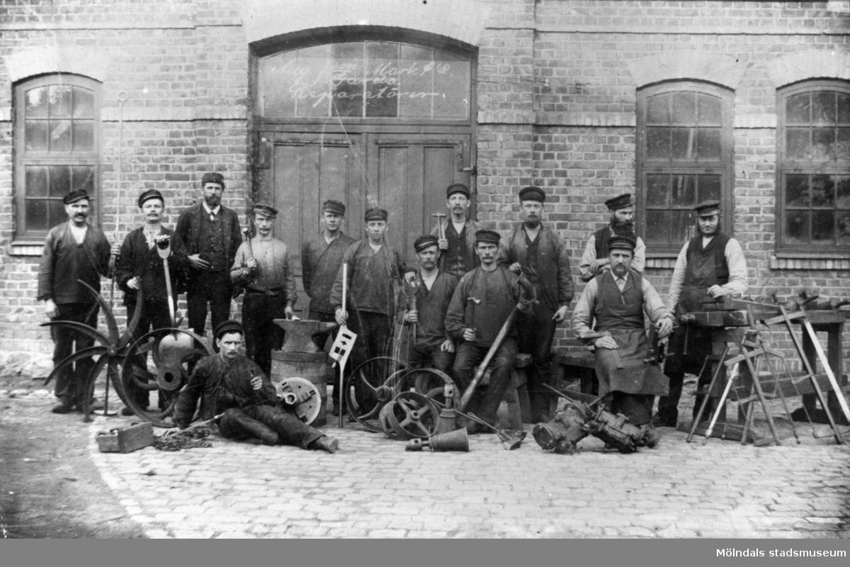 Reparatörer vid textilfabriken August Johansson Mark & Co, Gårda i Göteborg.