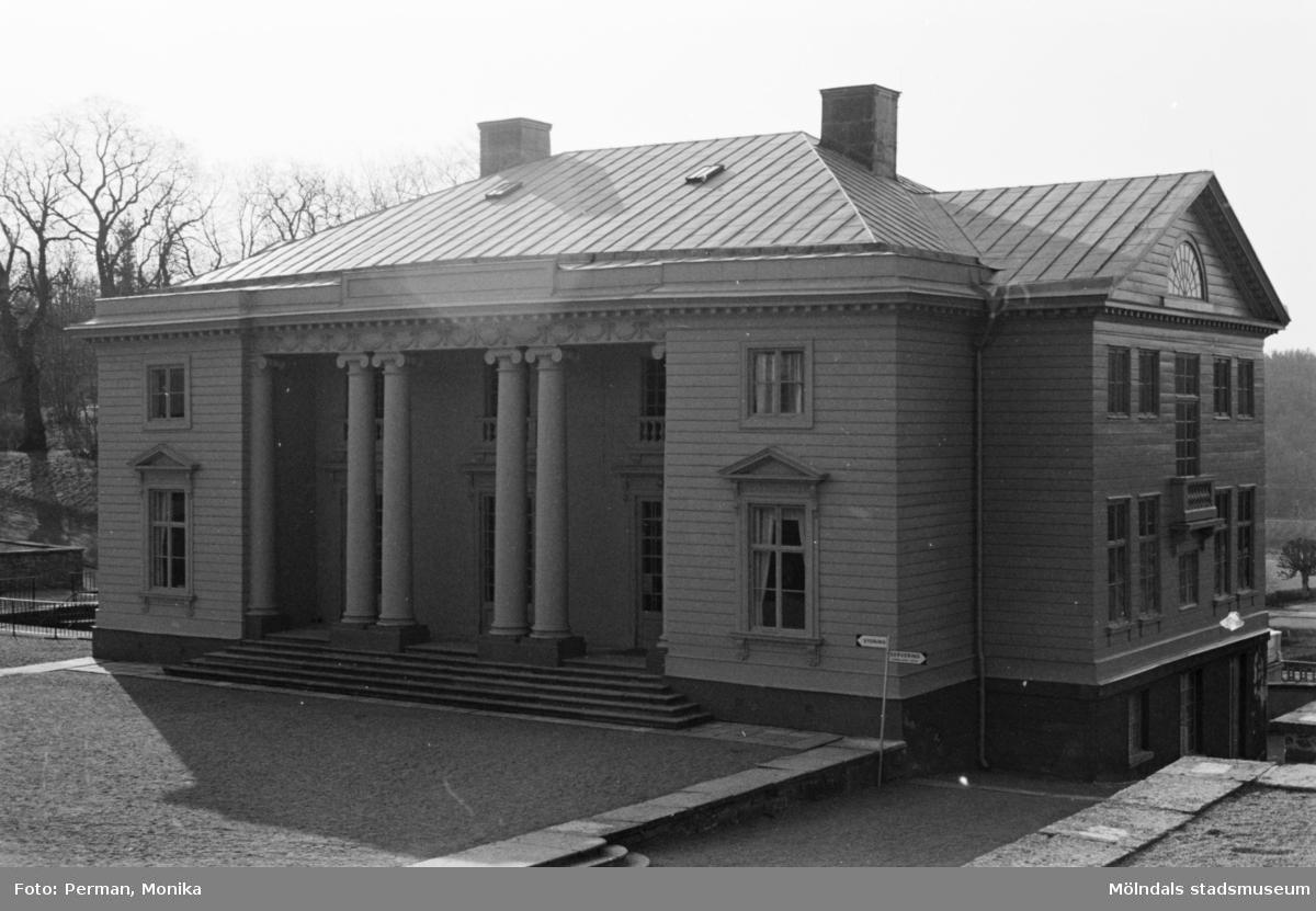 Varierande bilder som på olika avstånd visar norra och södra fasaderna samt del av parken våren 1992. Här är slottet snett framifrån från höger.