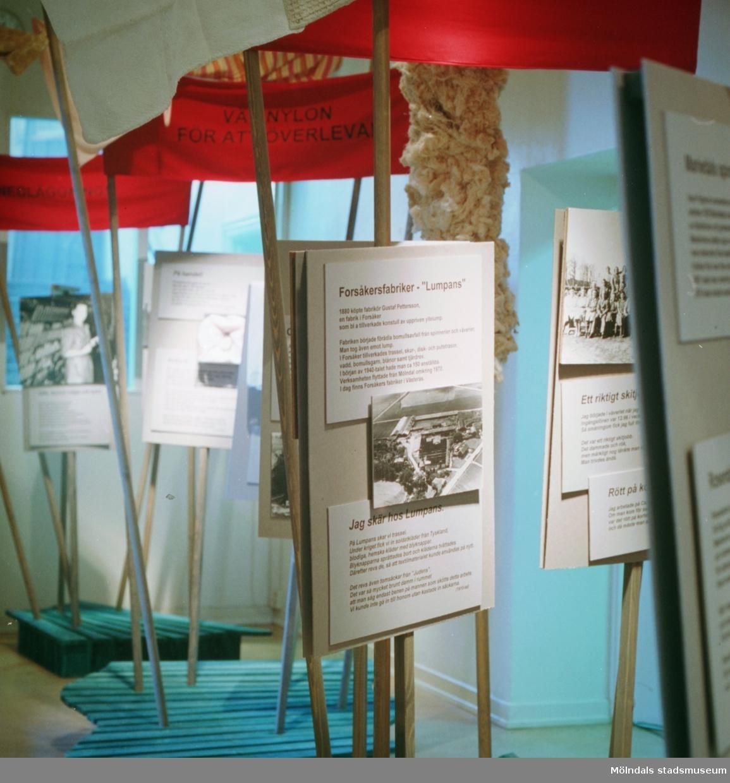 """Fem bilder som visar delar av utställningen """"Textilen i Krokslätt, Annestorp och Mölndals Kvarnby"""". På Mölndals Museum 1993."""