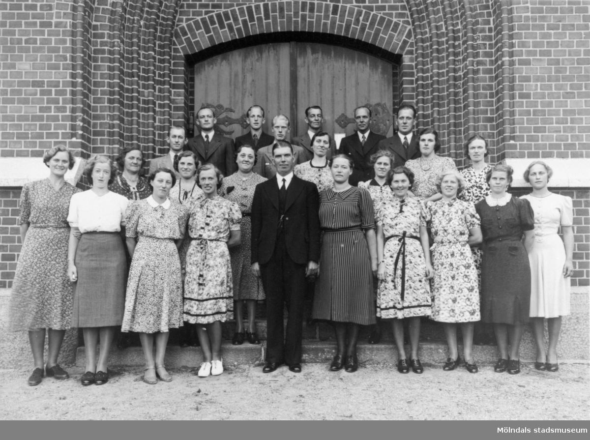 Givarens syster Signe Andreasson (född 1908) som står i nedre raden, andra från vänster. Fässbergs kyrka, 1920 - 30-tal.