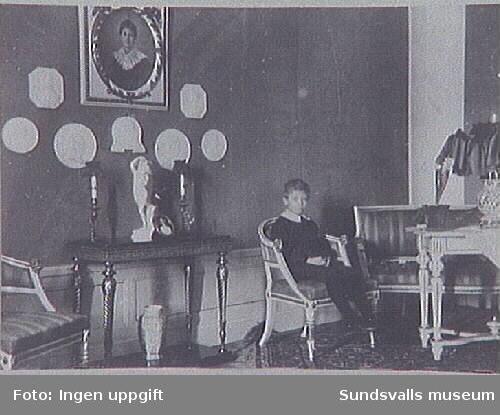 Interiör från Johanssonska hemmet, kallat Villa Port Arthur, Rådhusgatan 35, i Sundsvall. Gustaf Johansson var disponent/ direktör för Johannedals Trävaruaktiebolag. Hans fru hette Lydia og Engvall.