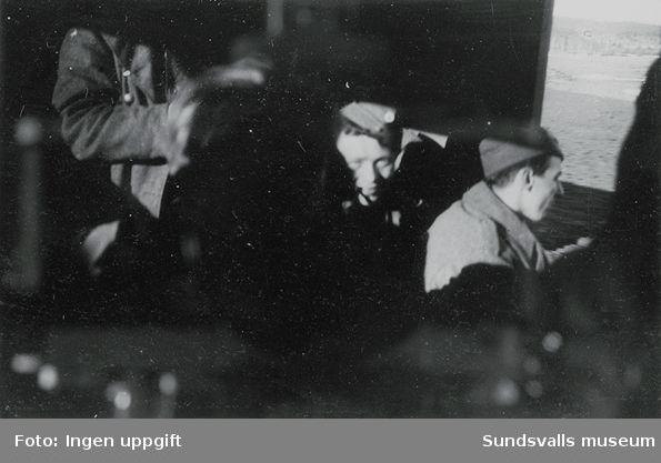 """På vei."" (Bildtext i fotoalbum. Ägare Emil Tessem, Steinkjer.)Baggböle vårvintern 1945."