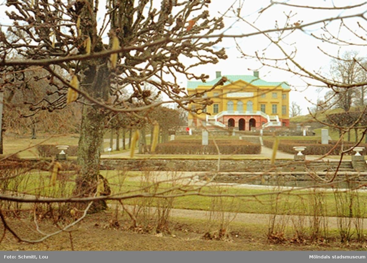 Gunnebo slott och en del av parken, mars 1995.