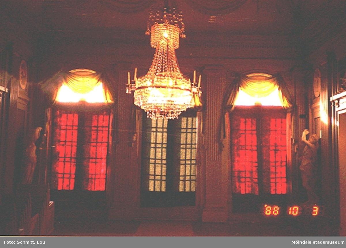 Stora salongen med dess kristallkrona inne på Gunnebo slott 1988.OBS! Dålig bildkvalitet.