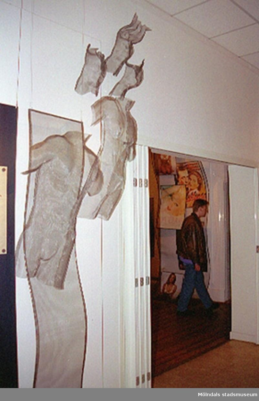 """Invigning av tillfällig utställning """"Krinoliner och kortkort"""". Bl.a teatergrupp från Kalejdoteatern agerar i utställningen.Skrivargrupp från Aktiviteten-Kroppskultur-projektet klär ut sig.1995-02-05."""