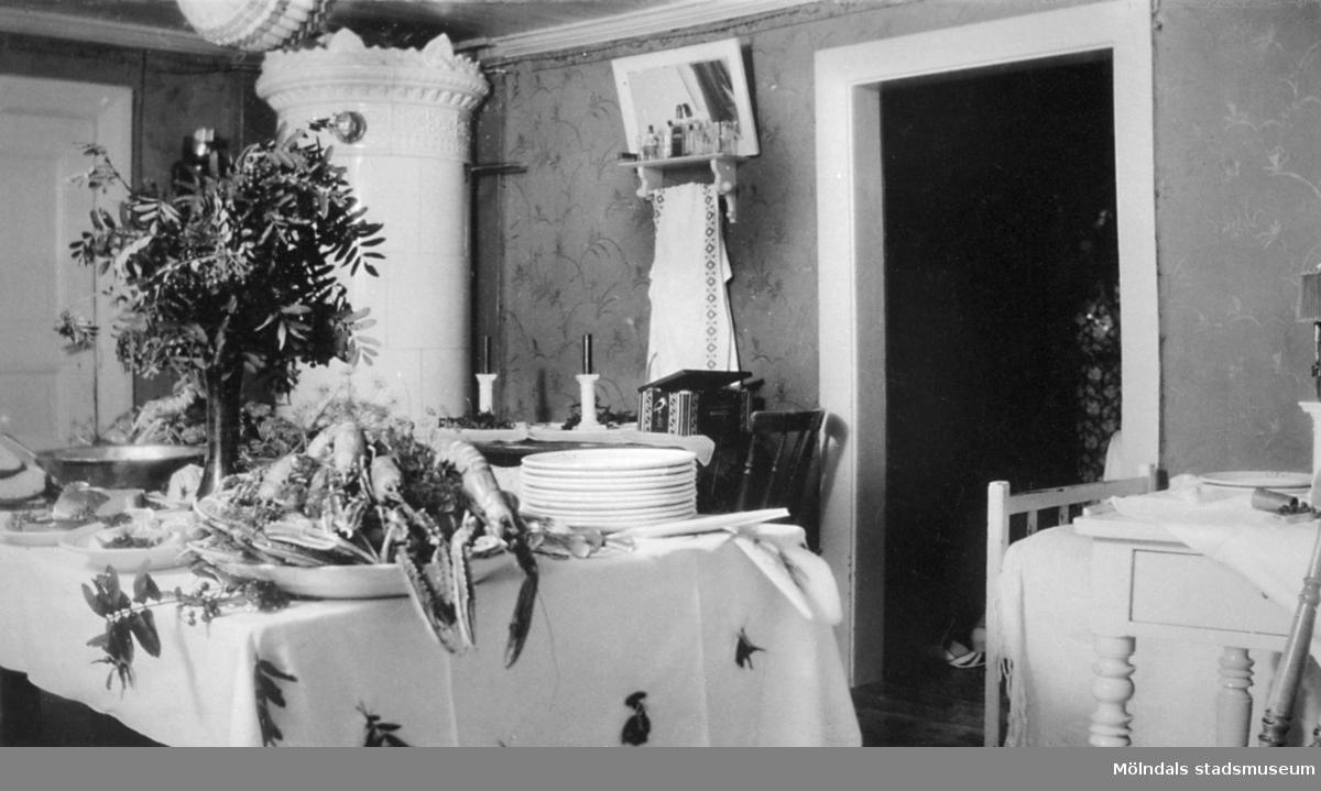 Kräftskiva i Karin Hasselbergs föräldrahem Fridhem, 1930-tal. Ägaren till fastigheten var fadern Victor Hasselberg som var möbelsnickare och dottern Karin arbetade som vårdarinna på Stretereds skolhem.