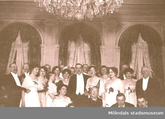 """""""Silfverbröllpet 21 febr. 1914"""".Längst fram i mitten står friherre Carl Sparre och hans maka Hilda Sparre. Framför dem sitter Hildas mor Jeanna Denninghoff."""