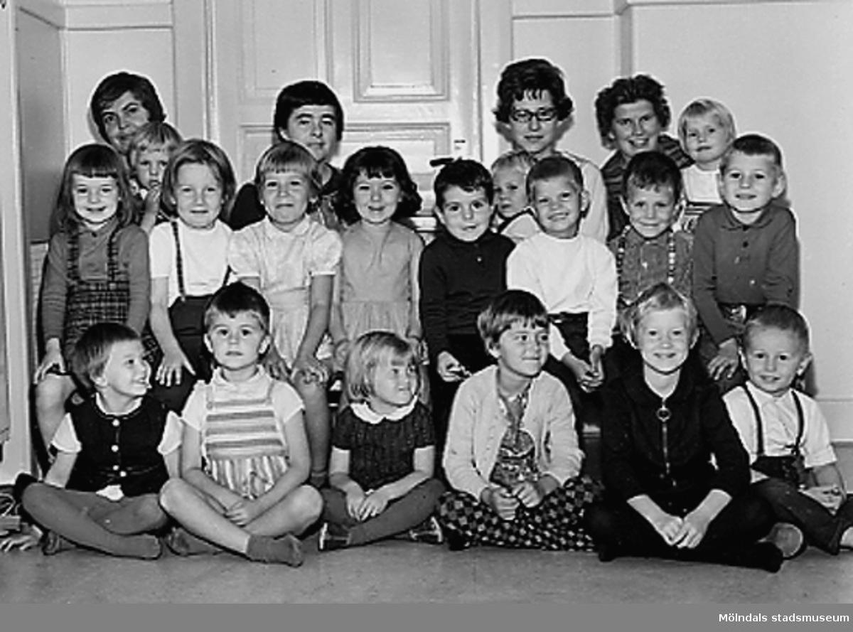 Grupporträtt av barn och deras lärarinnor. Holtermanska daghemmet 1953.