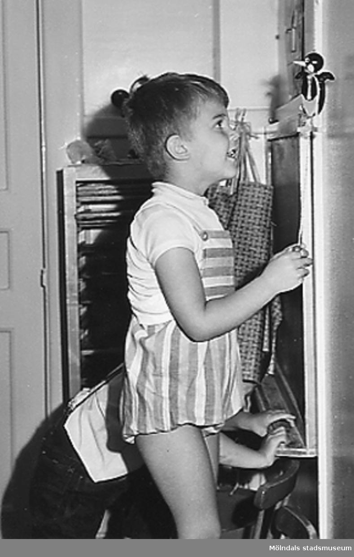 Två barn som leker vid Holtermanska daghemmet 1953.