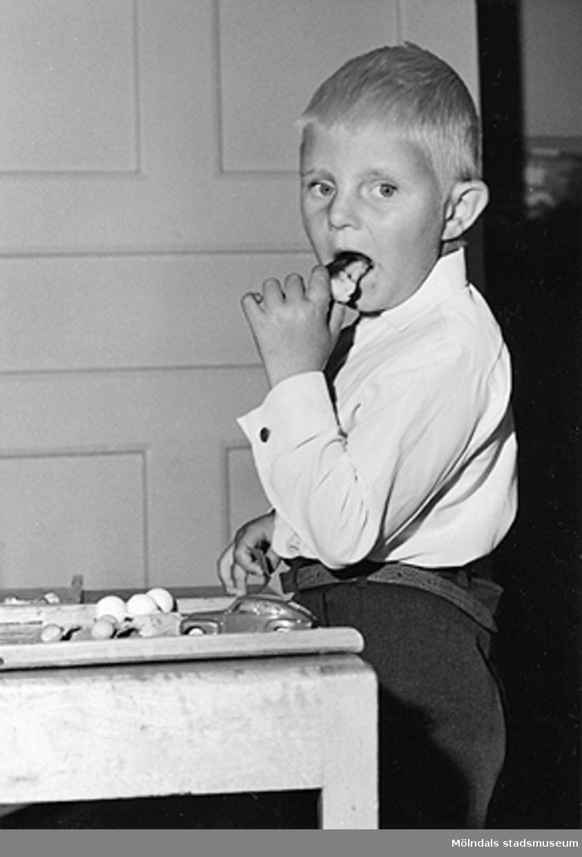 Pojke som leker med bilar. Holtermanska daghemmet 1953.