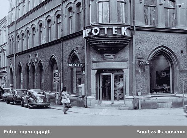 Distriktslaboratoriet i Högoms gamla skola, Selånger sn, invigdes 1953 och flyttade 1965 till Matfors, Tuna sn. Fotografierna nedan är hämtade från fabriken i Matfors.01 Öppet hus med rundvandring i fabriken02 Öppet hus med rundvandring i fabriken03 Personalfest i personalmatsalen04 Apoteket Lejonet, kv Minerva 4, Storgatan 1205 Svetsning i verkstaden06 Köksbiträde lagar mat i personalmatsalens kök08, 11 Personalmatsalen 09 Köksbiträde lagar mat i personalmatsalens kök12 Personalmatsalen