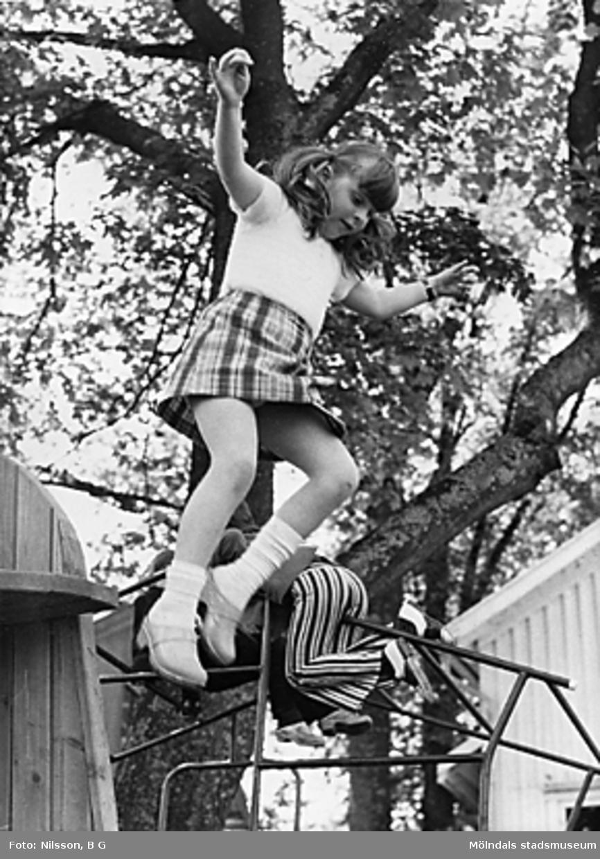 Barn leker vid en klätterställning. Holtermanska daghemmet juni 1973.