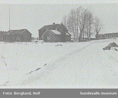 T v ladugård som revs på 1960-talet, i mitten mangårdsbyggnaden, t h en f d grishus som nu är snickerifabrik/ e u G A. Gården kallades Resås. Rester av källaren och en stenmur finns kvar./K Bengtsson.