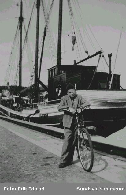 Bernt Edblad (f. 1938) med cykel på kajen i Sundsvalls hamn. I bakgrunden fartyget Grazia av Styrsö.