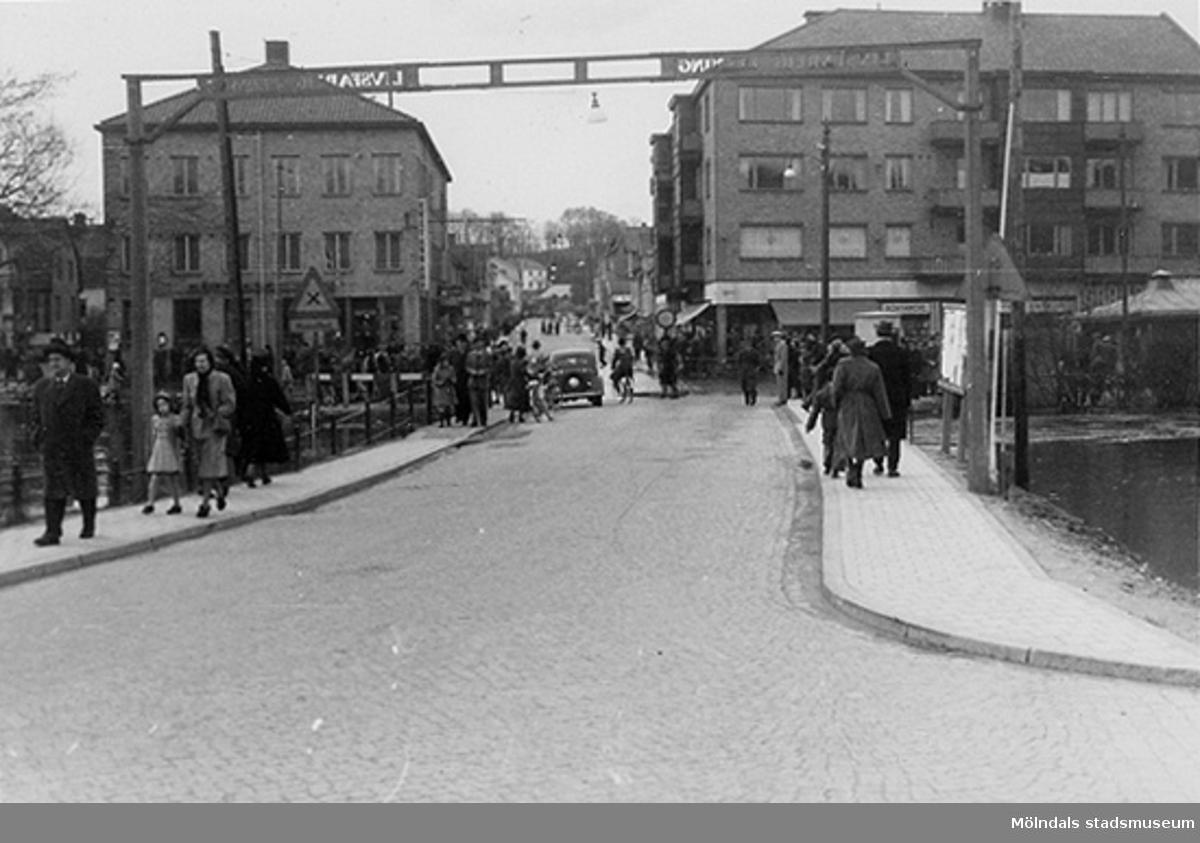 Vy från östra sidan av Mölndalsbro mot Frölundagatan, tidigt 1950-tal. Centrumhuset till höger i bild. I bakgrundens mitt ses Åbybergskullen.