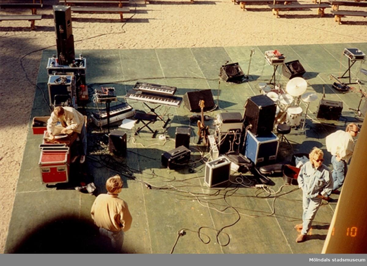 Förberedelser inför konsert utanför Gunnebo slott i juli 1991.