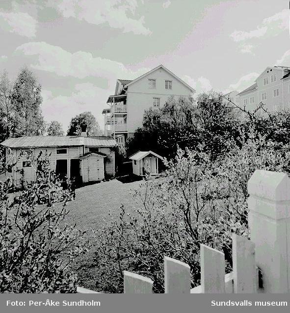 Flerbostadshus, kv. Linden 7, Södermalmsgatan 8. I förgrunden uthusbyggnader i kv. Linden 6, Pilgränd 3.