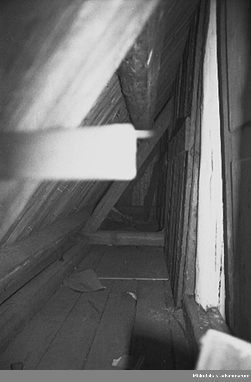 Interiör i fabriksbyggnad: Möjligt loft/krypvind.