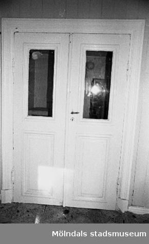 Interiör i fabriksbyggnad. Byggnadsdetalj: Dubbeldörr.