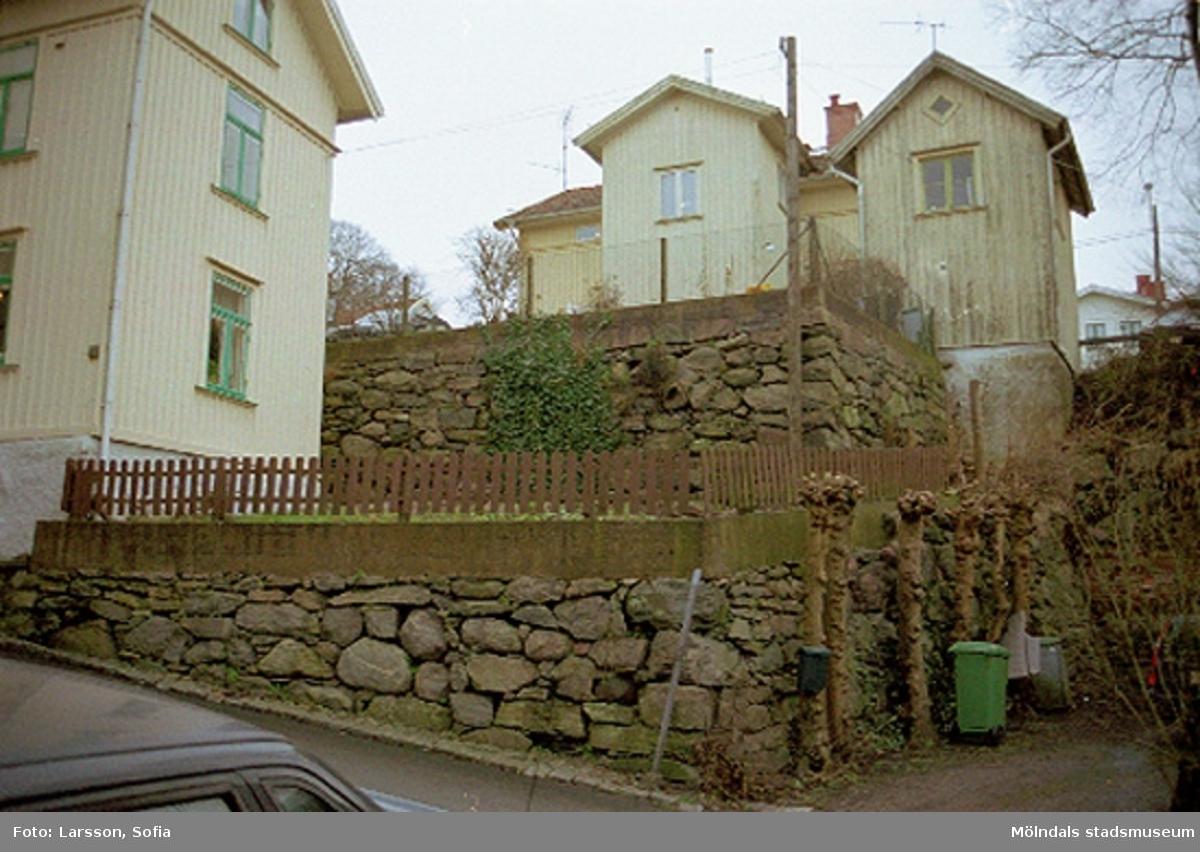 Vy från Götaforsliden på murar och staket i Kvarnbyn.