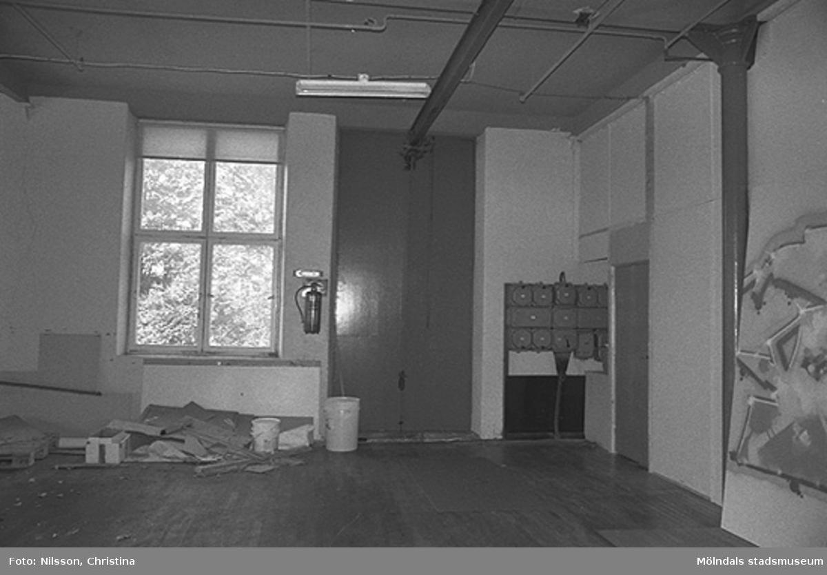 Byggnadsdetaljer: Fönster samt elinstallation i hörnet, hösten 1994.
