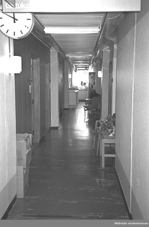 Korridor till kontorsrum i Mölndals stadshus, juni 1994. Till vänster hänger hänger ett väggur. Relaterat motiv: 2003_0591.