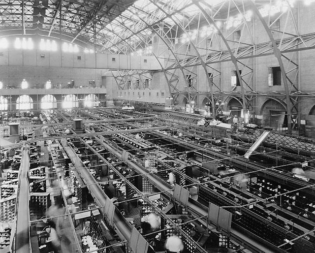 Översiktbild av stora sorterings-hallen med olika typer av meka-niska hjälpmedel.