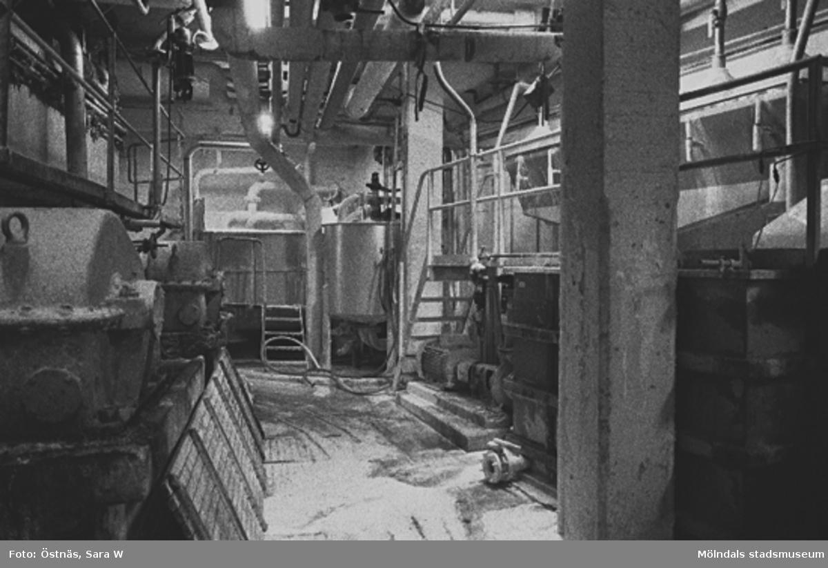 Interiördetalj från pappersfabriken; rör och trappor.Bilden ingår i serie från produktion och interiör på pappersindustrin Papyrus.