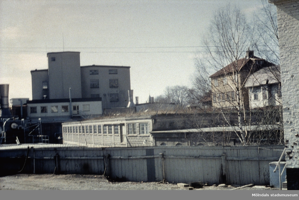 Vy från Norra Forsåkersgatan mot vattenreningen på Papyrus i Mölndal, 1970-tal.