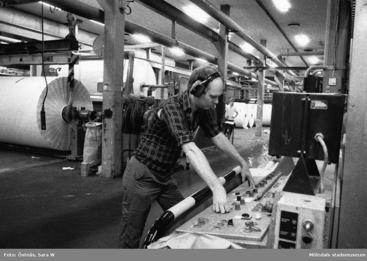 Denny Andersson i arbete vid maskin på Papyrus i Mölndal, år 1990.