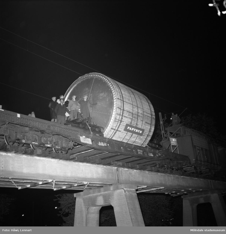 Transport av Papyrus PM2 yankeecylinder. Cylindern fraktas på järnvägen mot Mölndal, 2/6 1956.