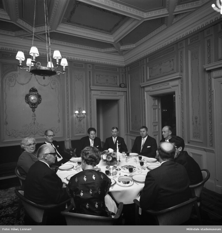 Utdelning av minnesgåvan vid Papyrus 75-årsjubileum. Middag på Villa Papyrus i Mölndal, 31/10 1970.