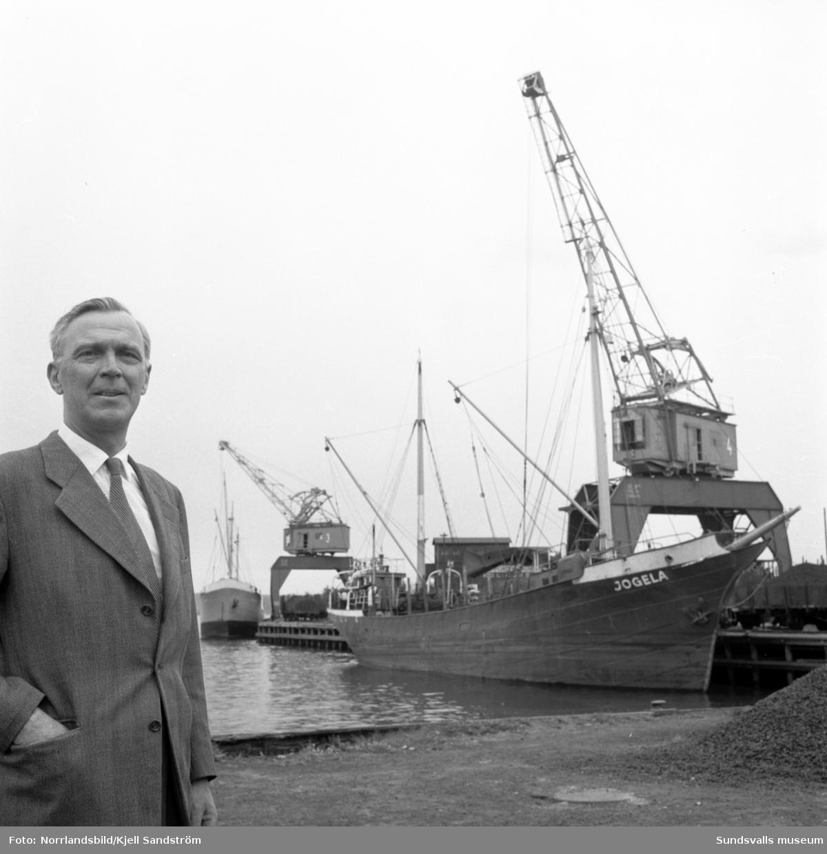 Hamnchef Einar Esping i hamnen med båtar och kranar i bakgrunden.