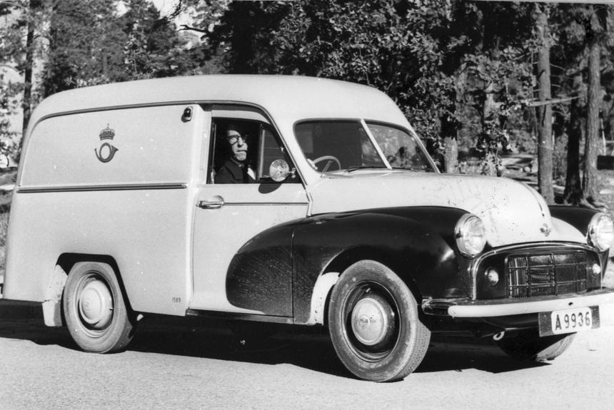 Chaufför Edgar Glitterfält i en Morris postbil, Solna.Troligen är fotot taget vid mitten av 50-talet