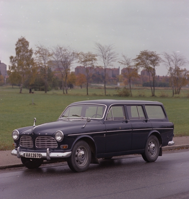 Postverkets fordon. För illustration i häfte. Personbil. Volvo Herrgårdsvagn. Bilen har nedfällt baksäte med ett lastutrymme som har en volym av ca 1,85 kvm. Max 500 kg. Bilen har reg nr AA 12670.